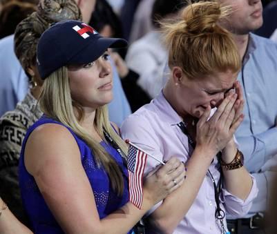 Los militantes de Hillary Clinton no puede contener las lágrimas. (AP Photo/Frank Franklin II)