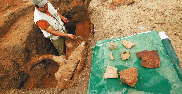 Han encontrado parte de este cerramiento y algunos vestigios de época como tazas de lata, tinteros e incluso restos de cerámica