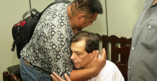 Juan Carlos Guedes, preso hace más de 7 años, abraza a Ronald Castedo