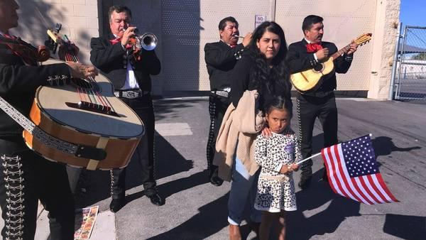 Preocupación. Una familia de mexicanos durante los comicios del martes en EE.UU. (AP Photo/Russell Contreras)