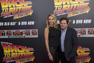 """Michael J. Fox y su mujer Tracy en el tributo a """"Volver al futuro"""" el año pasado. (REUTERS)."""