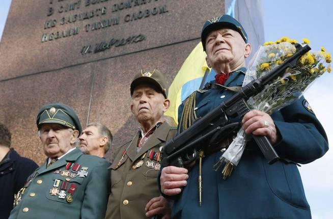 Un veterano del Ejército Insurgente Ucraniano durante las celebraciones para el aniversario 74 del UPA en Kiev. (EFE/Sergey Dolzhenko)
