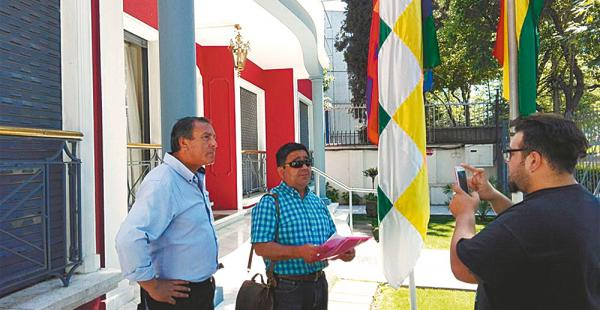 Los dos dirigentes sindicales acudieron el jueves al consulado de Bolivia en Arica para solicitar asilo político