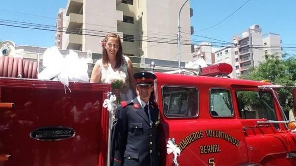 Felices, Anabella y Nicolás en el momento en que bajan de la autobomba en la Parroquia San José.