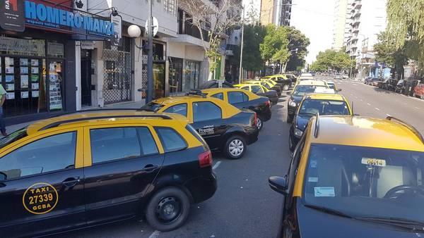 MUCHO TRABAJO. Los talleres especializados, esta mañana, ajustando los relojes de los taxis a las nuevas tarifas. (Gustavo Ortiz)