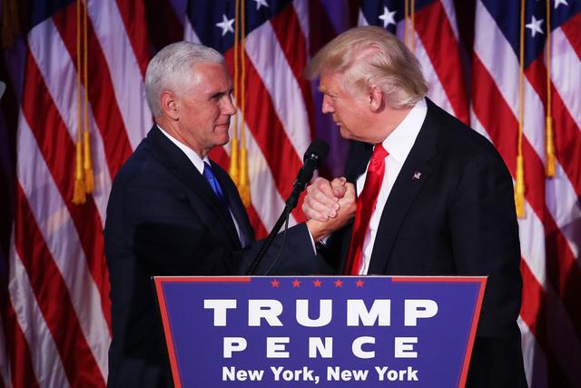 Pence y Trump, felicitándose cuando se conocieron los resultados.