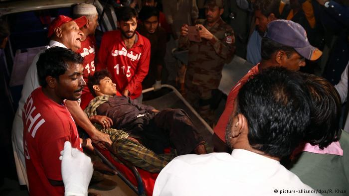Pakistan Explosion in einem Sufi-Schrein (picture-alliance/dpa/R. Khan)