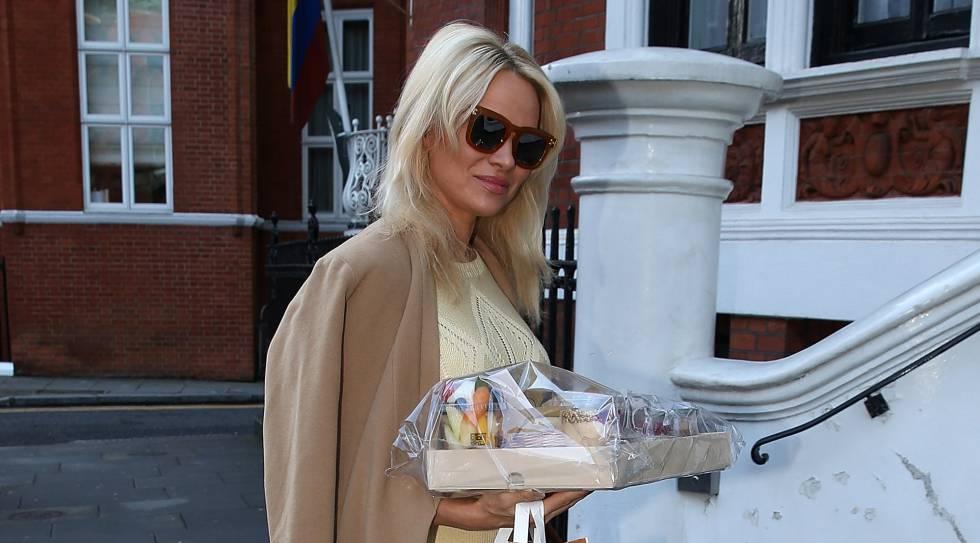 Pamela Anderson llegando a la embajada de Ecuador en Londres, el pasado domingo.