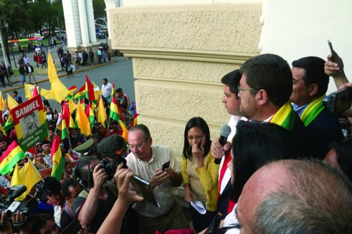 RESPALDO. Al menos 100 personas se apostaron en el Tribunal de Justicia para exigir justicia para Samuel Doria Medina...