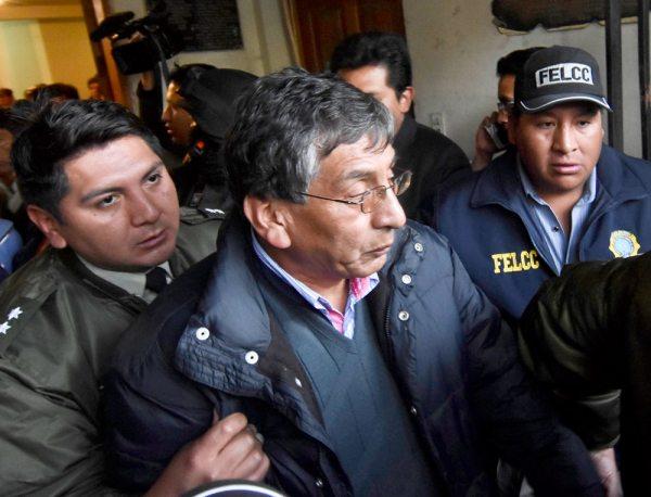 INSTANTE  EN QUE EL VICEMINISTRO DE AGUA, RUBÉN MÉNDEZ, ERA RESCATADO POR LA POLICÍA.
