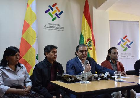 El ministro de Autonomías, Hugo Siles, (centro) informa sobre los veedores al proceso autonómico. Foto: Ministerio de Autonomías