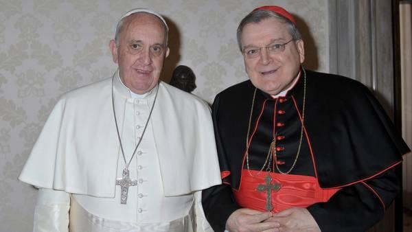 Juntos. El papa Francisco da la bienvenida al cardenal Raymond Burke, en el Vaticano, el 8 de enero de 2015. /EFE