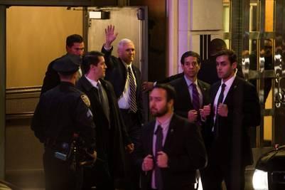 Mike Pence, vicepresidente electo de EE.UU., saluda al salir de la obra de Broadway donde pasó un mal momento. (AP)