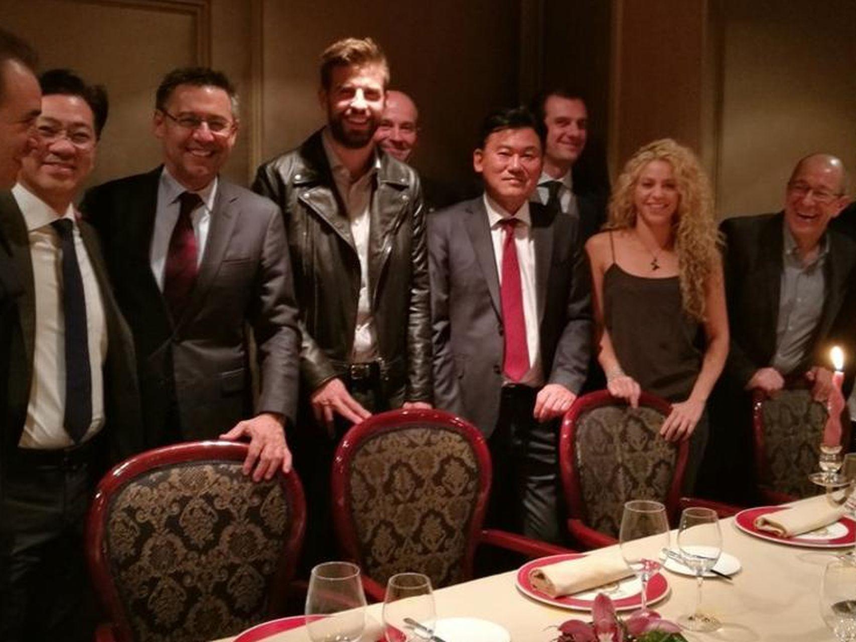 Gerard Piqué y Shakira, con Hiroshi Mikitani y parte de la directiva del Barça, el miércoles en Via Veneto