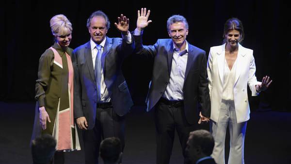 Scioli y Macri con sus parejas, en el debate presidencial antes del balotaje.