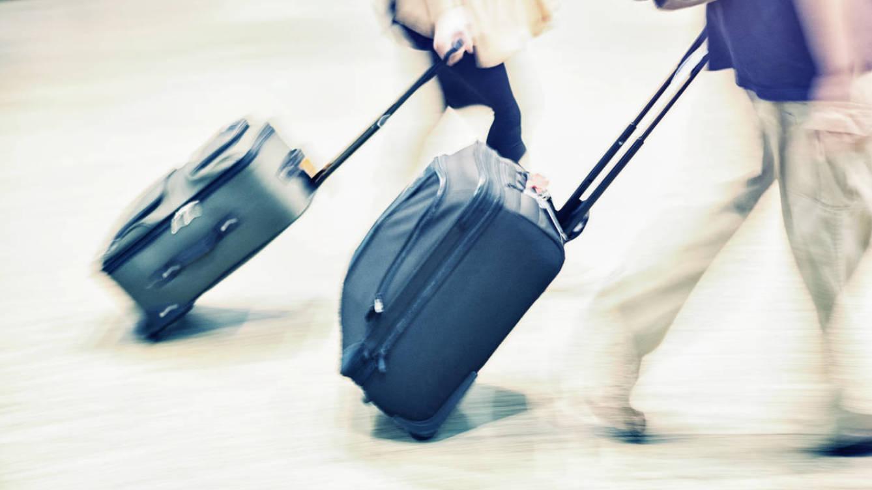 Foto: ¿Se acabó el reino de la maleta pensada para encajar en los compartimentos superiores de los aviones? (iStock)