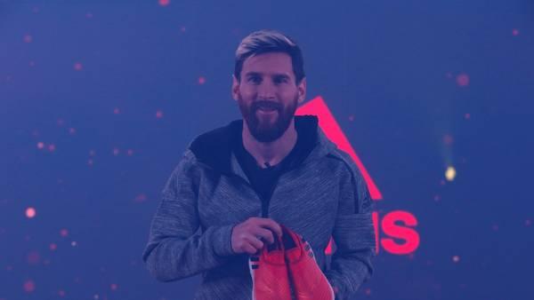 Messi presentó sus nuevos botines en la Plaza España de Catalunya. (REUTERS)