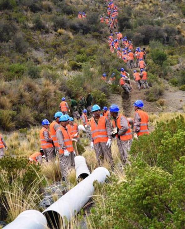 Trabajadores de estado buscan las forma de instalar un tubo provisorio para abastecer de agua a la ciudad. Foto: ABI/José Lirauze/dpa