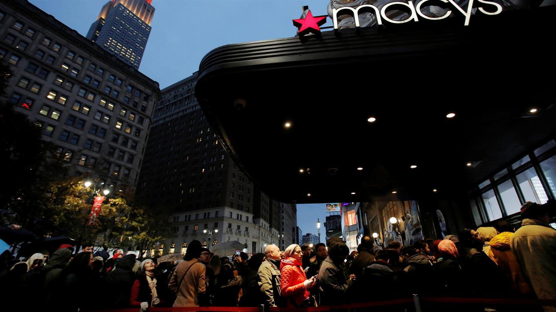 La gente se alinea en la entrada de Macy