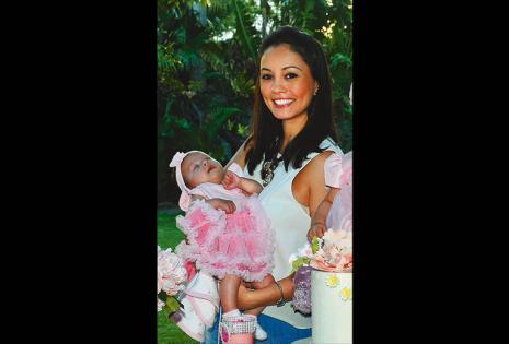 Éricka Cuellar con su niña en brazos, Sarah Montaño