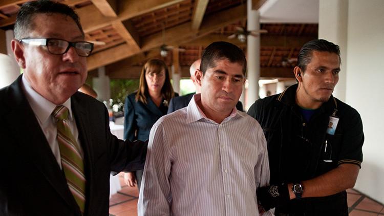 El náufrago salvadoreño José Salvador Alvarenga con un abogado y un guardia de seguridad después de una conferencia de prensa en San Salvador (El Salvador), el 4 de abril de 2014.