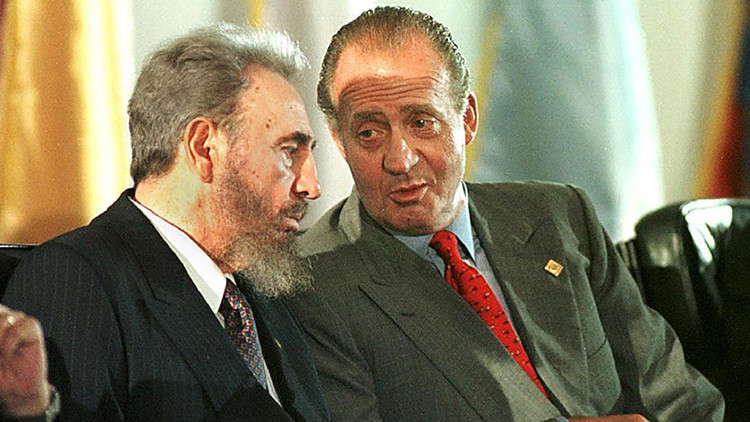 El rey Juan Carlos de España habla con el presidente cubano Fidel Castro durante la ceremonia inaugural de la VII Cumbre Iberoamericana en isla Margarita, Venezuela, 8 de noviembre de 1997.