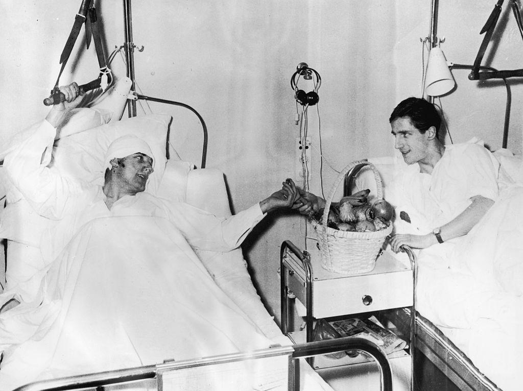 Los futbolistas del Manchester United Dennis Viollet (izquierda) y Albert Scanton comparten unas frutas en el Hospital Isar, después del accidente aéreo al que sobrevivieron. (Foto: Keystone/Hulton /Getty Images)