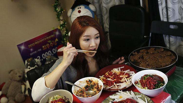 Park Seo-yeon come frente a una cámara en su apartamento de Incheon, Seúl, Corea del Sur