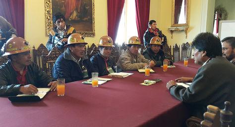 El primer encuentro de sostuvo la nueva dirigencia de Fencomin con el presidente Evo Morales en Palacio de Gobierno. Foto: La Razón