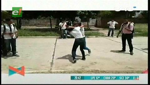 Video: Dos estudiantes se agarran a golpes en Montero