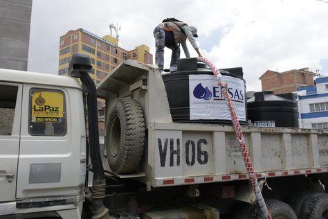 Volquetas municipales ayudan en la distribución de agua potable a las zonas afectadas por el racionamiento. Foto: GAMLP