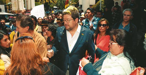 Samuel Doria Medina llegó por la mañana al Tribunal Supremo de Justicia, tuvo apoyo de una barra