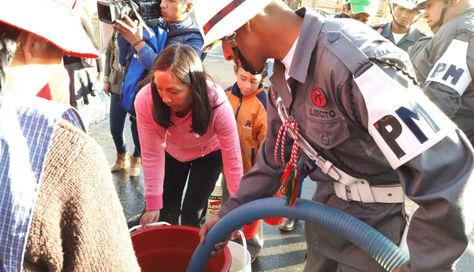 Militares ayudan a vecinos en la distribución de agua en Alto Obrajes, tras un impasse por su presencia