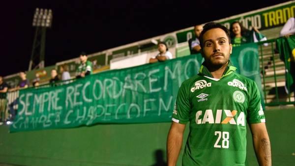 En el Estadio, con la camiseta de uno de los sobrevivientes. Alejandro Martinuccio, otra cara de la tragedia: no viajó en el avión pero está muy comprometido con el club. (Foto: Mario Quinteros)