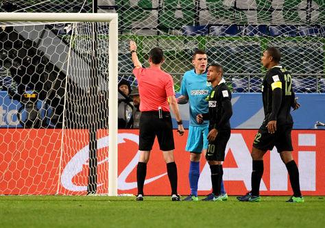 El árbitro húngaro Viktor Kassai para la semifinal del Mundial Clubes entre el Kashima Antlers y el Atlético Nacional para consultar el videoarbitraje. Foto: AFP