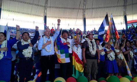 El vicepresidente Álvaro García y el presidente Evo Morales en la inauguración del congreso del MAS.