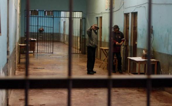CHONCHOCORO. Dos internos conversan en uno de los pabellones del penal, en febrero. - Redaccion central La Prensa