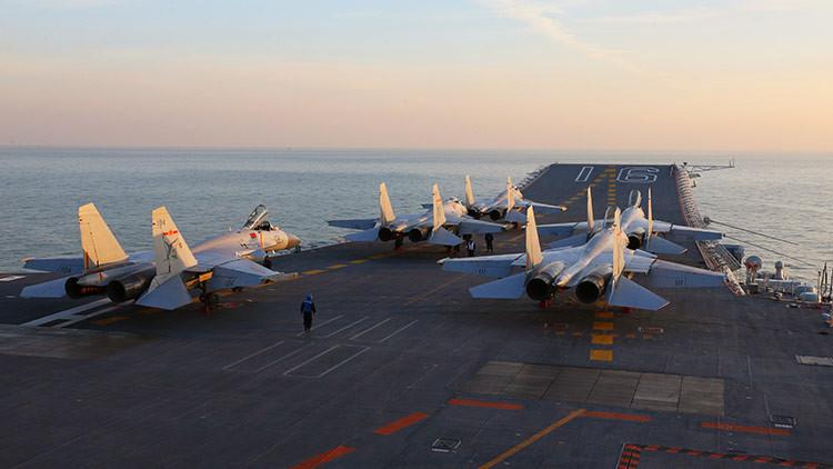 Cazas Shenyang J-15 en el portaaviones chino Liaoning, diciembre de 2016