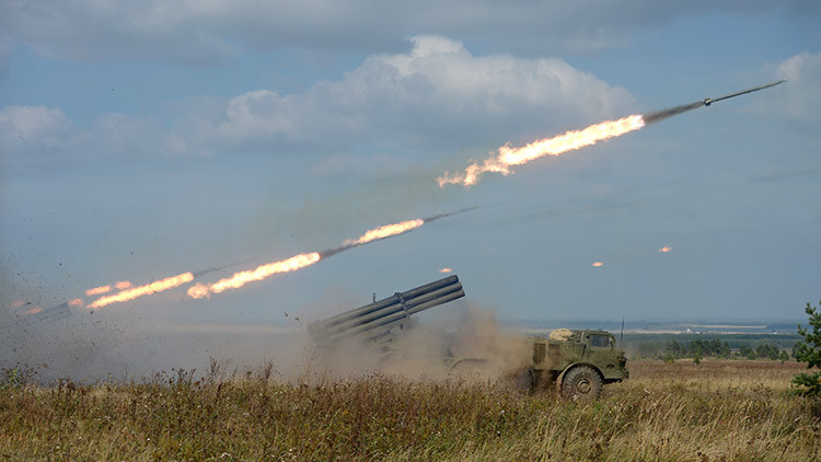 Lanzamiento de misiles del sistema Uragán en el campo de entrenamiento Chebarkul del Distrito Militar Central, región de Cheliábinsk, Rusia