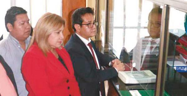 Asambleístas cruceños presentando los estatutos al TCP en Sucre