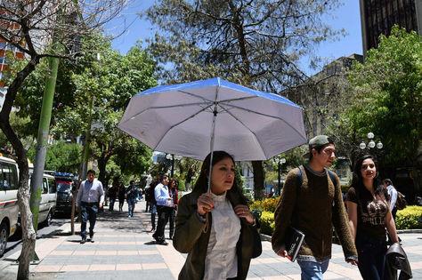 Personas se protegen de los rayos del sol. Foto: La Razón