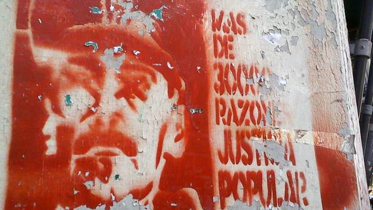 Un graffiti en Buenos Aires exige justicia para las víctimas de la Guerra Sucia.