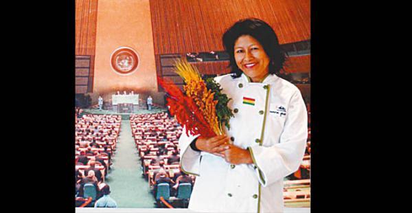 presente  en la sede  de la onu Lleva muestras de la quinua boliviana donde va Fue invitada al acto principal de celebración del Año Internacional de la quinua  en 2013 en Naciones Unidas. Lució orgullosa detalles con la tricolor boliviana