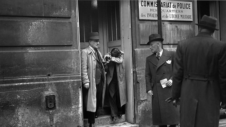 Herschel Grynszpan escoltado por policías en París, Francia, en noviembre de 1938.