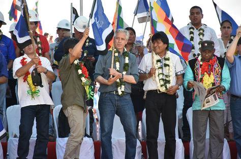 García Linera y Evo Morales (seg. derecha) en el festejo por el Día de la Revolución, el 18 de diciembre en Ivirgarzama, Cochabamba.