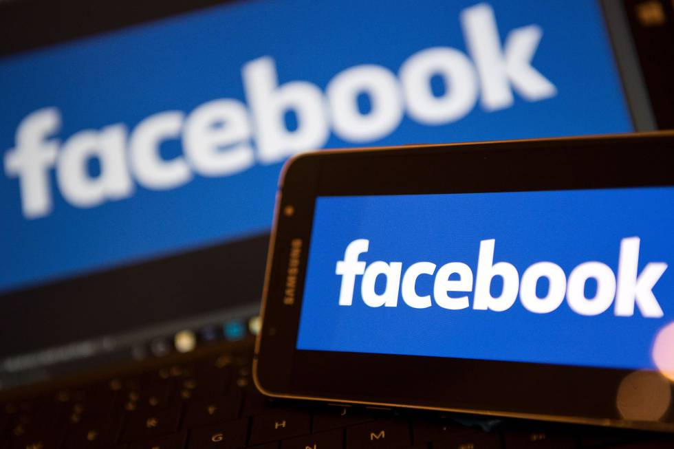 Un móvil y un portátil con el logo de Facebook