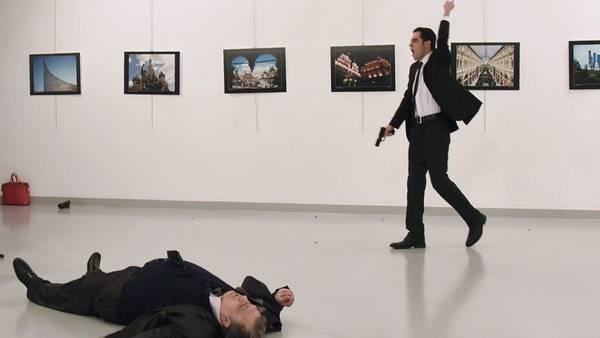 El embajador ruso Andrey Karlov yace en el piso tras ser atacado por el policía turco Mevlut Mert Altintas, en Ankara./ AFP