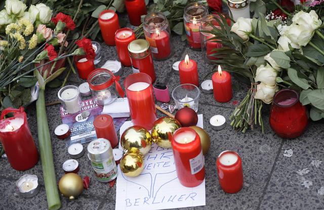 Velas y cartas por las víctimas del atentado en Berlín.
