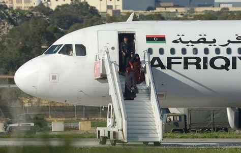 Mujeres descienden del avión secuestrado