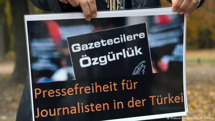 Activistas alemanes piden la liberación de periodistas turcos.